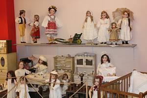 Panenek je v muzeu hraček ze všeho nejvíc. Naleznete mezi nimi i tu z roku 1860.
