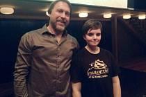 Cestovatel Dan Přibáň s jedním z fanoušků v hradeckém Aldisu.