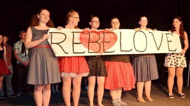 Studentský divadelní soubor Los Breberos a muzikálové představení Rebelové.
