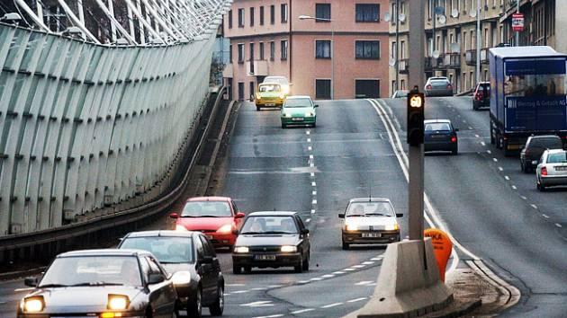 Komunikacemi v Hradci Králové se denně valí desetitisíce aut.