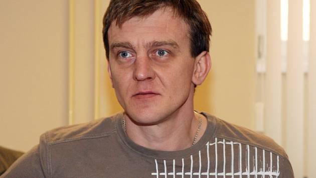 Ze znásilnění nezletilé dívky byl u krajského soudu obžalován čtyřiatřicetiletý Petr Flajšingr. Státní zástupce Milan Šimek v obžalobě dokonce Flajšingra označil za zvlášť nebezpečného recidivistu.