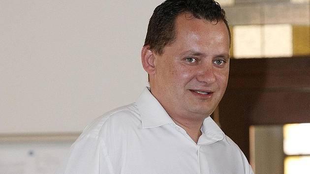 Trest odnětí svobody na tři a půl roku ve vězení s dozorem uložil 30. července krajský soud bývalému zaměstnanci ČSOB Vítu Pragerovi z Hradce Králové.