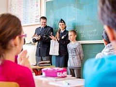 Ocenění od policistů pro malého hrdinu Jana Šubrta, školáka ze třídy 5. B.