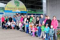 Výletníci z hradecké MŠ Třebechovická v německém Krausnicku před resortem Tropical Islands.