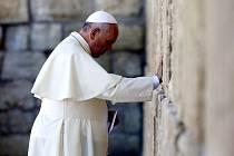 Papežovu cestu po místech, kudy kráčel před dvěma tisíci lety Ježíš Kristus, připomene soubor fotek v galerii biskupství.