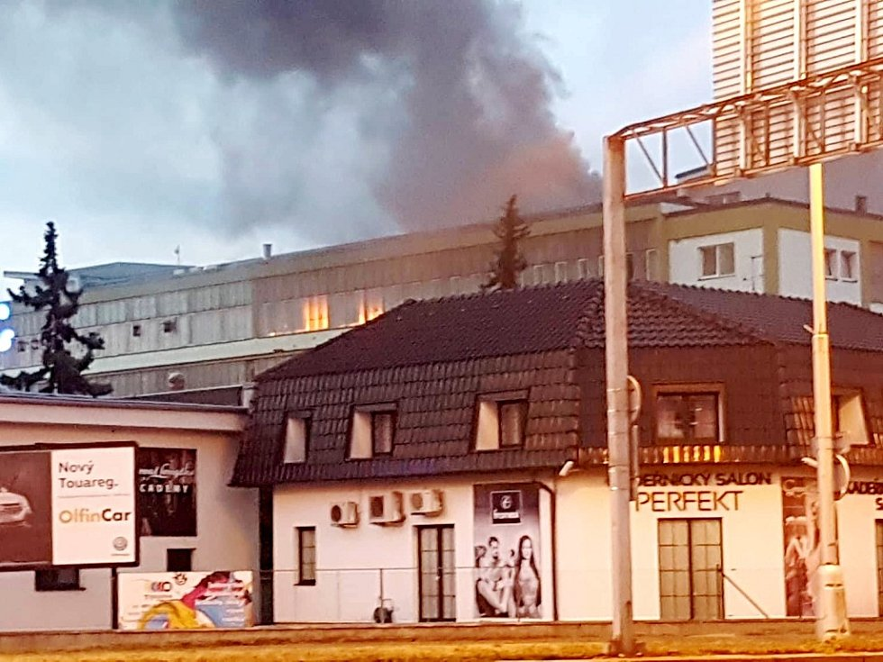 Požár v areálu hradecké Tesly.