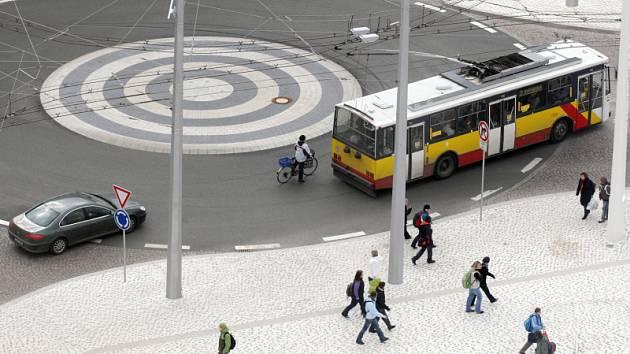Firma Strabag odmítá zaplatit penále za zpožděné Riegrovo náměstí v Hradci Králové.