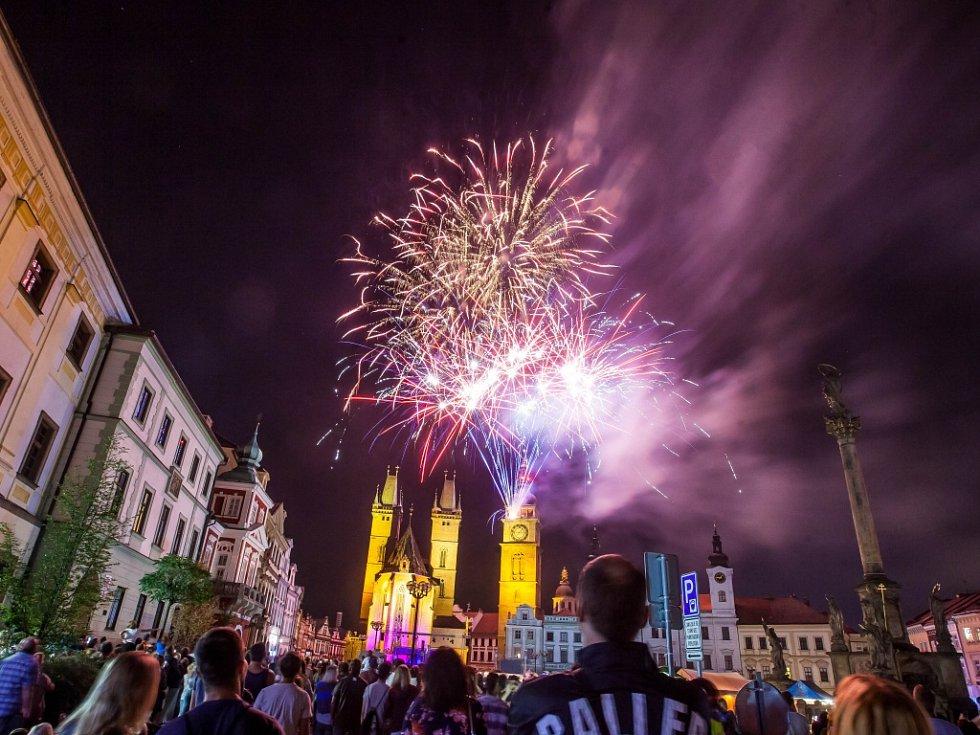 Slavnosti královny Elišky na Velkém náměstí v Hradci Králové.