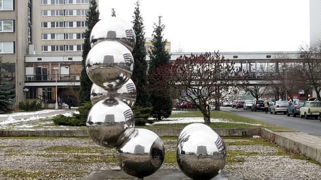 Atomy či Molekuly, jejichž autorem je uváděn Jiří Dostál z Nové Paky.