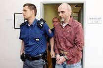 U Okresního soudu začalo hlavní líčení s Jaroslavem Novákem, který vloni při havárii v hradecké Habrmanově ulici usmrtil dvě malé děti.