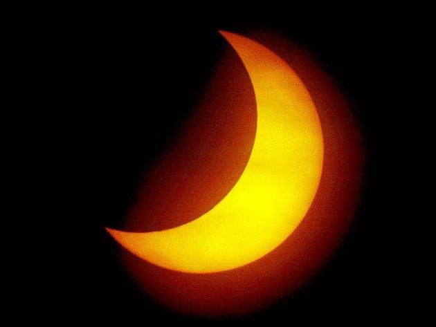 Zatmění Slunce a jeho pozorování na hradecké hvězdárně (4. ledna 2010).
