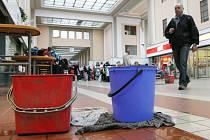 Na vlakovém nádraží v Hradci Králové při deštích zatéká střechou, kbelíky v hale jsou proto někdy nezbytné.