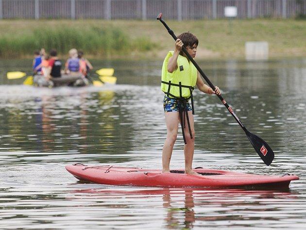 Kemp Stříbrný rybník v Hradci Králové nabízí návštěvníkům vyžití v lanovém centru, na raftech či při jiných vodních sportech.
