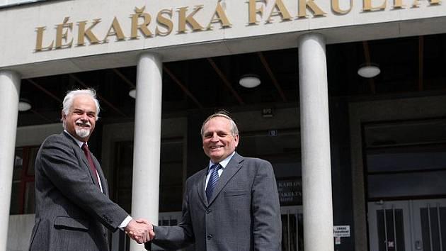 Děkan Lékařské fakulty Univerzity Karlovy v Hradci Králové Vladimír Palička (vlevo) se svým nástupcem Miroslavem Černivkou (vpravo).
