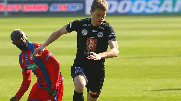 SOUBOJ PĚTEK. Votrok Dominik Soukeník v úterním pohárovém osmifinále proti plzeňskému Joelu Kayambovi.