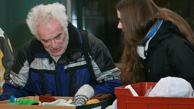 Oblastní charita rozdávala na Štědrý den polévku bezdomovcům. Na nádraží jich ale mnoho nepřišlo.