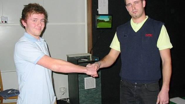 Vítěz Jan Petráček (vpravo) právě přijímá gratulaci.