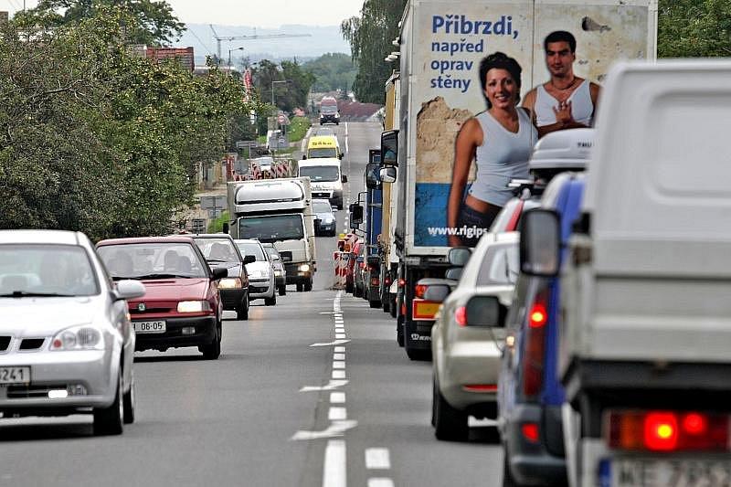 HOLOHLAVY. Zoufalá situace je rovněž v Holohlavech na hlavním silničním tahu z Hradce na Jaroměř a Náchod. Kvůli výstavbě ostrůvků, vjezdových bran a dalších zpomalovacích opatření tady řidiči v dopravních špičkách rovněž čekají třeba i desítky minut.
