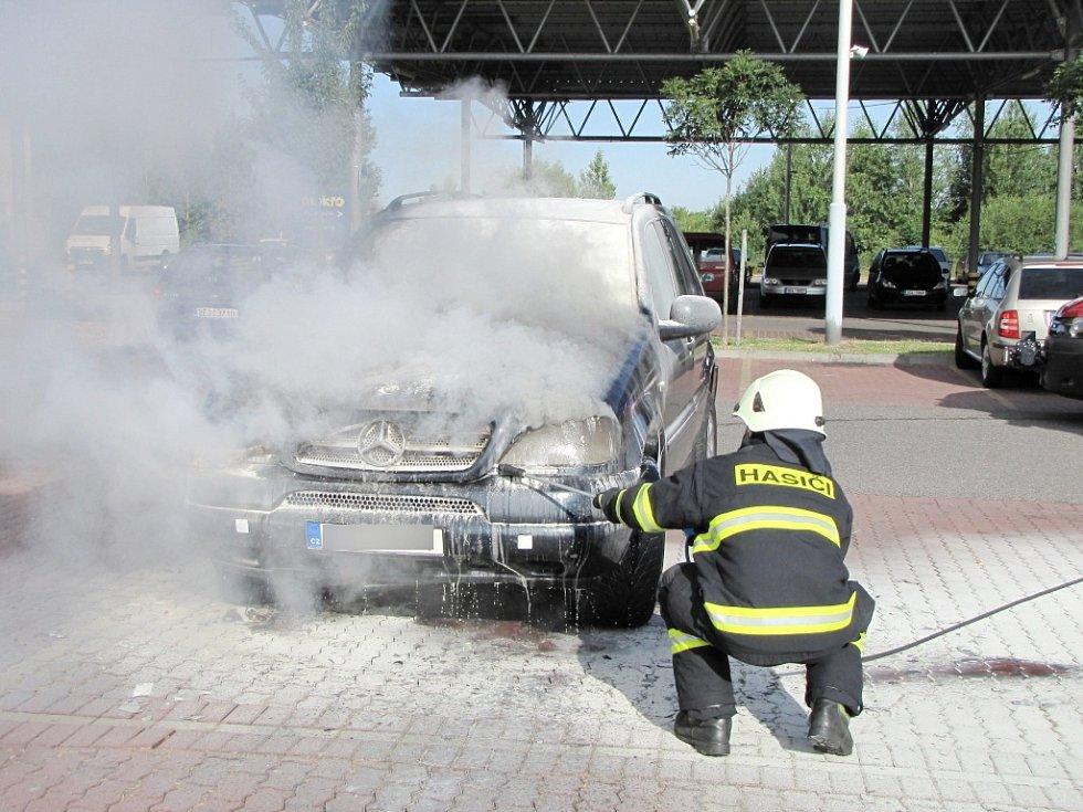 Požár terénního vozu na parkovišti u hradeckého velkoobchodu Makro.