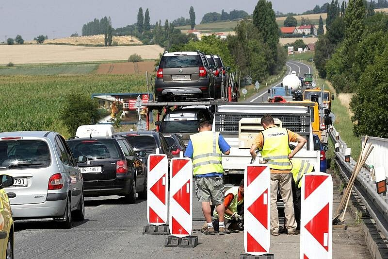 VŠESTARY. Dopravní omezení dělají problémy řidičům i v e Všestarech.