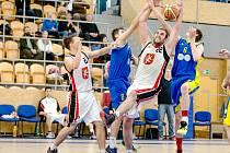 Hradečtí basketbalisté v akci - s č. 22 Tomáš Kiršbaum.