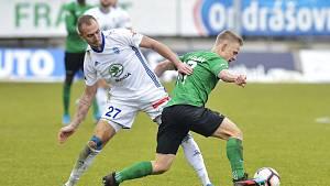 Fotbalista Filip Zorvan v souboji o míč.