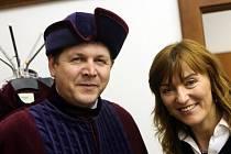 Známá módní návrhářka Beáta Rajská předala zástupcům hradecké univerzity čtyři nové taláry