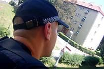 Strážník monitorující balkon domu.