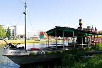 """Parníky, motorové lodě, ale i malé pramice. To vše je současná """"flotila"""" na hradeckém nábřeží."""