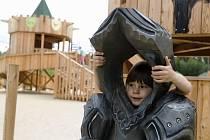 """""""Dobyvatelé"""" z řad dětí na rytířském hradišti v hradeckých lesích."""