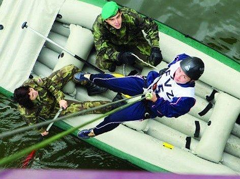 Adrenalinové sporty nabídla k vyzkoušení potenciálním studentům hradecká fakulta vojenského zdravotnictví