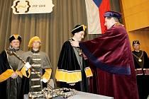 Symboly přírodovědecké fakulty hradecké univerzity se skládají z děkanského žezla, děkanského řetězu a tří řetězů proděkanů.