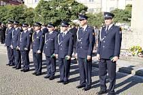 Předávání věrnostních medailí hasičům na Masarykově náměstí v Hradci Králové.