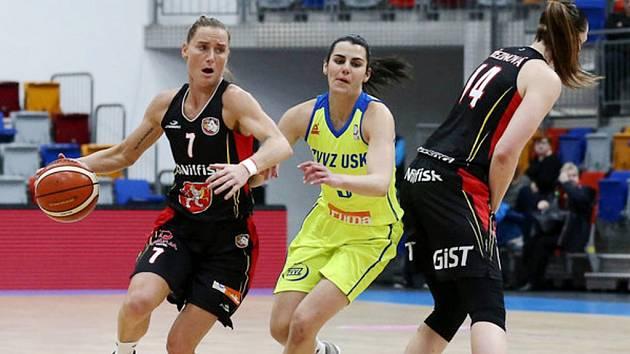 Ženská basketbalová liga: ZVVZ USK Praha - TJ Sokol Nilfisk Hradec Králové.