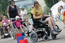 Organizace zabývající se začleňováním a pomocí pro postižené lidi se prezentovaly v sonbotu 4. června v hradeckých Šimkových sadech prostřednictvím bezbariérového festivalu Žiju jako ty.