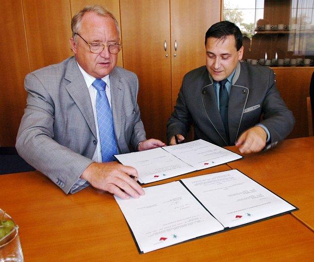 Smlouvu o spolupráci podepsal  královéhradecký hejtman P.Bradík a ředitel Lesů ČR J.Holický.