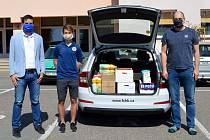 Votroci pomáhají! Sportovní ředitel Jiří Sabou (zleva) a kapitán týmu Adam Vlkanova předali dar klubu pedagogovi diagnostického ústavu v Hradci Králové Martinu Grossmanovi.