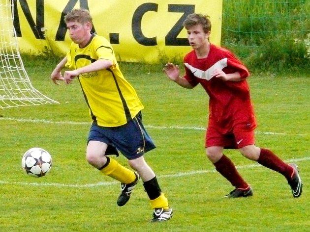 Fotbalisté Smiřic (ve žlutém) v jednom z utkání krajské I. B třídy.