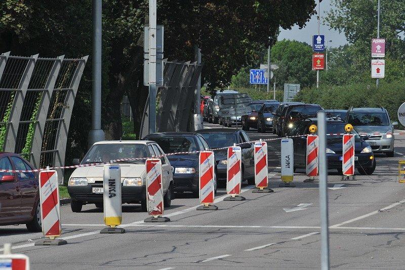 Zasklívání nadjezdu nad Pospíšilovou třídou. Část okruhu byla uzavřena, tvořily se nekonečné kolony aut.