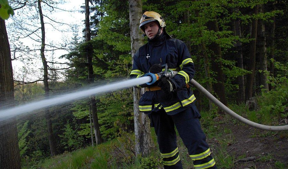 Hasiči vyjeli k nahlášenému požáru lesní hrabanky.