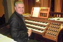 Martin Strejc kdysi jako varhaník v kostele sv. Antonína.