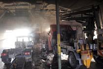 Požár v autoopravně v obci Barchůvek.