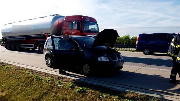 Technická závada u osobního automobilu na 57. kilometru dálnice D11.