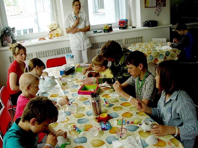 Malování srdíček a želviček v podání nemocných dětí s hradeckým RC Víla Amátka.