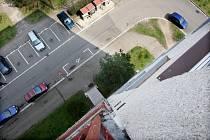 Pokus o sebevraždu skokem z hradeckého paneláku naštěstí neskončil tragicky.
