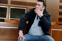 Milan Strnad, majitel autobazaru, před soudem (25. března 2010).