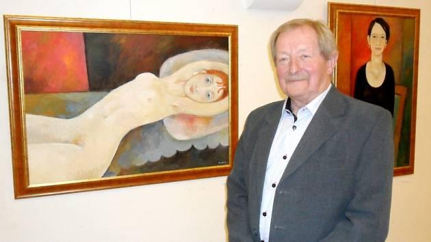 Obrazy a plakáty malíře a grafika Václava Zemana, člena královéhradecké Unie výtvarných umělců, na výstavě v hradecké galerii Na Hradě.