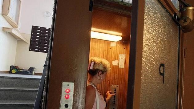 Evropské normy hýbou výtahovým průmyslem. V České republice je polovina podle odborníků přibližně polovina výtahů zastaralá a hrozí tak katastrofou.