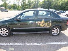 Automobil poničený neznámým vandalem.