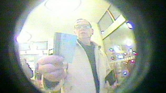 Podezřelý muž u bankomatu.